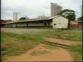 Lixo e mato alto em linha férrea incomodam moradores de Prudente - Abaixo-assinado pede a reativação do transporte ferroviário na região.