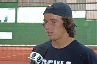 Aos 16 anos, João Gianella é destaque no tênis em Mogi das Cruzes - João tem o nome e a cidade em comum com um dos maiores tenistas do Brasil. O atleta disputa o torneio Peru Junior Open, organizado pela Associação Internacional de Tênis.