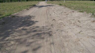 Moradores de comunidade de Conceição da Barra, ES, reclamam de estrada em más condições - Carros têm dificuldades para entrar no local.