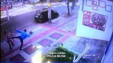 Vídeo mostra mulher sendo agredida com chute no rosto em assalto; veja vídeo - Imagens foram divulgadas pela Polícia Militar (PM).