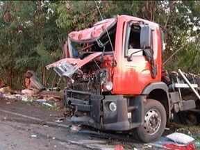 Acidente com quatro veículos na BR-135 deixa uma pessoa morta e cinco feridas - Vítima fatal estava em um caminhão que rodou na pista; duas pessoas ficaram presas nas ferragens de um carro de passeio.