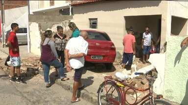 Carro desgovernado derruba muro em Campina Grande - O acidente foi no bairro Santa Cruz. Por pouco, um morador não ficou ferido.