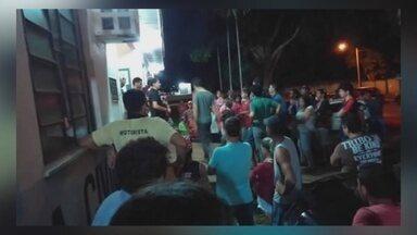 Grupo de sem terra protesta em frente de delegacia por causa de morte em assentamento - Ato foi feito em Mirante da Serra (RO).