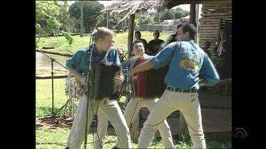 Michel Teló apareceu no 'Galpão Crioulo' ainda novo, no Grupo Tradição - Assista ao vídeo.