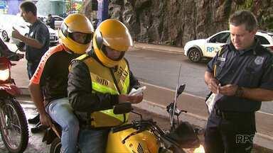 Guarda Municipal e participantes da campanha Maio Amarelo fazem ação na Ponte da Amizade - Hoje a orientação foi voltada aos motociclistas.