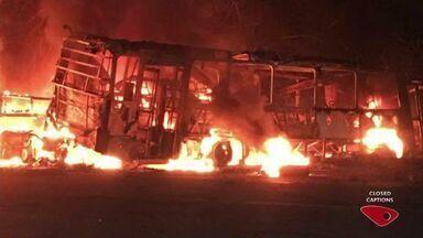 Acidente grave entre carreta e ônibus deixa cinco mortos no trevo de Aracruz, ES - Veículos pegaram fogo na rodovia ES-010 por volta da 18h30 desta quinta-feira (18).