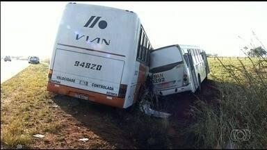 Acidente entre dois ônibus deixa 11 pessoas feridas na BR-060, em Anápolis - Segundo PRF, veículos seguiam no mesmo sentido e motorista do ônibus de trás não viu o da frente por conta da neblina. Vítimas foram levadas para dois hospitais.