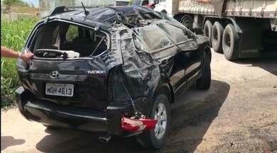 Dois acidentes na BR 101 marcaram a manhã desta sexta-feira - Em um deles o carro capotou e o motorista foi socorrido para o Hospital de Trauma. No outro, um caminhão tombou e a carga de refrigerantes foi saqueada.