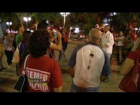 Protesto em Valadares pede saída do presidente Michel Temer - Joesley Batista gravou Temer dando aval para comprar silêncio de Cunha e Aécio solicitando R$ 2 milhões, segundo 'O Globo'. Com homologação, delação passa a ter validade jurídica.