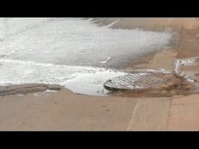 Vazamento de esgoto é alvo de reclamação de moradores em Valadares - Problema ocorre na Rua Sete de Setembro, no Bairro Planalto.