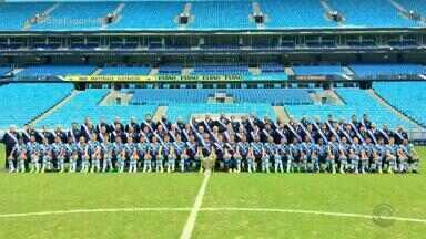 Elenco do Grêmio posa para a foto oficial do penta da Copa do Brasil - Gremistas foram ao gramado da Arena para posar para registro histórico antes do treino desta quinta-feira.