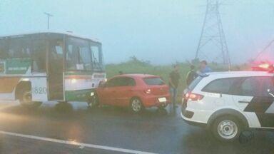 Carro na contramão bate de frente com ônibus no trevo de Américo Brasiliense, SP - Acidente aconteceu na manhã desta sexta-feira (19). Ninguém ficou ferido.
