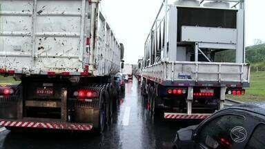 Motoristas enfrentam trânsito parado por conta de acidente na Via Dutra, em Piraí - Engavetamento, envolvendo sete veículos, gerou 20km de congestionamento na pista sentido Rio.