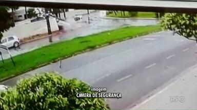 Câmera flagra carro capotando na rotatória da av. Mandacaru - Testemunhas disseram que motorista deixou o local