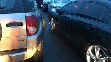 Dois acidentes causam mais de três quilômetros de congestionamento na rodovia em Botucatu - Dois acidentes na Rodovia Marechal Rondon, em Botucatu (SP), no fim da tarde desta sexta-feira (19), causaram mais de três quilômetros de congestionamento.