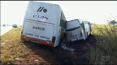 Quatro pessoas ficam feridas em acidente entre dois ônibus, em Anápolis - Batida ocorreu nesta sexta-feira (19) na BR-060. Feridos seguem internados.
