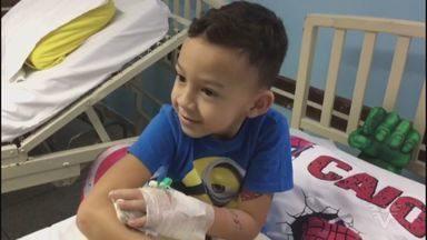Menino tem dedos esmagados por mesa em supermercado em São Vicente - Estrutura, que pesa aproximadamente 15kg, estava solta.