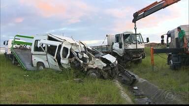 Cinco pessoas ficam feridas em acidente envolvendo dois veículos na BR-101 - Acidente foi próximo a divisa com Pernambuco.