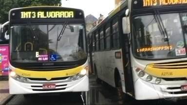 Motoristas usam baia de ônibus como se fosse ponto final, em Botafogo - Ônibus de outras linhas não conseguem encostar e passageiros precisam embarcar no meio da rua