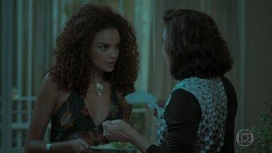 Leila questiona Heleninha sobre namoro de Caio e Bibi - Eurico ignora Cibele