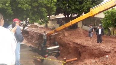 Carro cai em buraco em uma rua que está em obras em Paranavaí - O motorista não viu a cratera, que se abriu há três meses por causa de uma forte chuva.