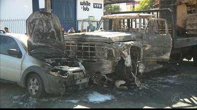 Suspeito de roubar moto morre após acidente seguido de incêndio em Campina Grande - Homem fugia na moto, quando perdeu controle e foi imprensado por carro e caminhão.