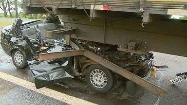 Jovem morre após motorista bater carro na traseira de caminhão em Brodowski, SP - Passageiro morreu no local do acidente e o condutor foi socorrido com ferimentos leves e levado para hospital de Brodowski (SP).