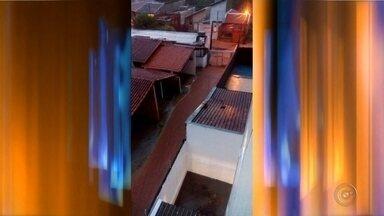 Chuva forte volta a causar estragos em Bauru - A chuva que atingiu a cidade no último domingo trouxe mais transtornos para os moradores de Bauru (SP). Foram mais de 52 milímetros, mas no final da tarde a precipitação veio mais forte e causou alagamentos, pessoas ficaram ilhadas, além dos buracos no asfalto.