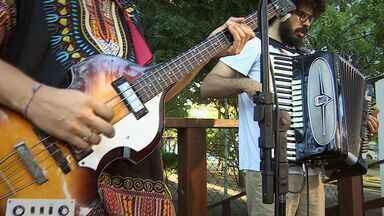 Ritmos latinos balançam o 'Combinado' - Ao longo de quase quatro anos de existência, a banda Mestre Madruguinha não deixou de lado a influência latino-americana que tanto agrada o seu público. Quando o assunto é bailar, eles realmente sabem como dar uma festa.
