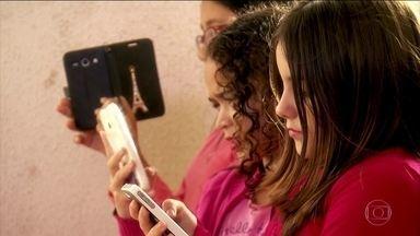 Crianças que usam muito o celular correm risco de ficar míopes - Há 20 anos, 20% das pessoas eram míopes. Hoje, o percentual chega a 30%. Um dos motivos é que ficar muito perto da tela do celular provoca alteração na estrutura do olho.