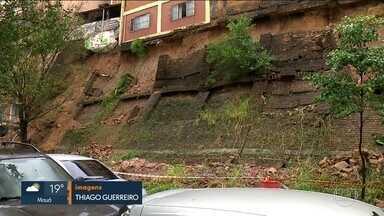 Muro desmorona e casas são interditadas no centro da capital - Muro desabou na Rua Almirante Marques Leão, na Belavista, e várias casas foram interditadas.