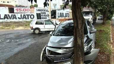 Acidente envolvendo dois carros deixa feridos no Jardim América, em Goiânia - Uma gestante de 6 meses e uma criança de 10 anos está entre as vítimas.