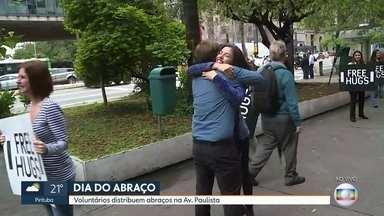 Voluntários distribuem abraços na Avenida Paulsita para comemorar Dia do Abraço - Data é comemorada nesta terça-feira (22).