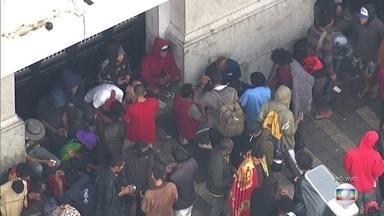 Venda e consumo de drogas permanece após operação policial na Cracolândia - Policiais derrubaram barracas e prenderam traficantes em ação feita na região.