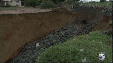 Cratera com mais de 30 m de comprimento incomoda moradores do Jardim Indaiá, em Araraquara - Segundo secretário de Obras, problema será resolvido até outubro deste ano.