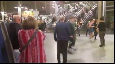 Ataque suicida mata 22 e fere 59 em arena de shows de Manchester, no Reino Unido - O suicida detonou uma bomba caseira na entrada da Manchester Arena, lgo depois que a cantora Ariana Grande deixou o palco. A maioria das vítimas eram crianças e adolescentes, que assistiam ao show da artista americana.
