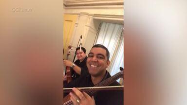 Rodrigo Fagundes mostra quarteto de cordas em encontro de lançamento da novela 'Pega Pega' - Músicos dizem a ele que irão tocar 'Carinhoso' de Pixinguinha
