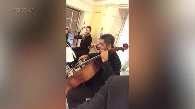 Quarteto de cordas toca em evento de lançamento de 'Pega Pega' e Rodrigo Fagundes registra - Ator fez apresentação caracterizado como seu personagem Nelito e gravou trecho de 'Carinhoso' de Pixinguinha
