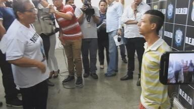 Preso se ajoelha e recebe perdão da mãe de sargento morto em latrocínio no AM - Crime ocorreu em abril deste ano em Manaus. Família da vítima protestou durante apresentação do suspeito em delegacia.