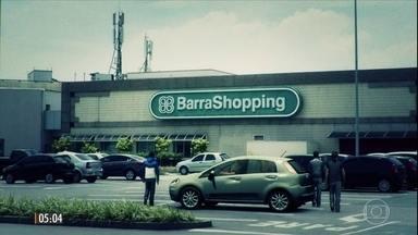 Testemunhas relatam pânico em tentativa de assalto a joalheria em shopping do RJ - As câmeras de segurança registraram o momento em que criminosos invadiram a loja de joias. O gerente acionou o alarme e houve tiroteio no estacionamento do local. Os ladrões fugiram.