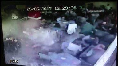 Caminhão invade restaurante em Porto Alegre (RS) - Apesar da destruição do local e da força do impacto, apenas quatro pessoas se feriram e sem gravidade.