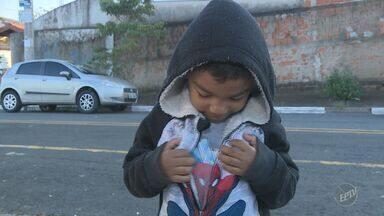 Prefeitura de Campinas atrasa entrega de uniformes para alunos da rede municipal - Alunos do ensino infantil e fundamental ainda não receberam os uniformes do ano letivo de 2017.