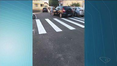 Vagas para deficiências e faixas de pedestres são pintadas em Cachoeiro, no Sul do ES - Reportagem mostrou que motoristas insistem em estacionar em vagas inadequadas.