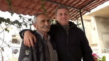 Huck visita campo de refugiados sírios no Líbano e conhece Khalil - Entenda a história de Khalil, um brasileiro que mora no Oriente Médio e não vê os filhos há 32 anos. O apresentador vai na missão de realizar o reencontro entre pais e filhos