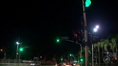 Número de multas por ultrapassar o sinal vermelho aumenta em Jundiaí - Muitos motoristas ainda têm dúvida quando se fala em ultrapassar o sinal vermelho de madrugada, mas é considerada uma infração gravíssima, com multa e mais 7 pontos na carteira. Em Jundiaí (SP), o número de multas por ultrapassar o sinal vermelho aumentou, nos três primeiros meses deste ano, em comparação com o mesmo período de 2016.