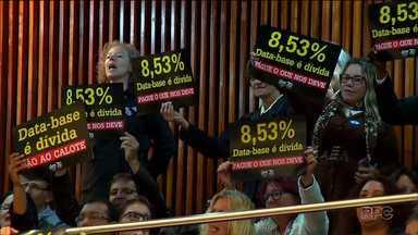Sessão para a prestação de contas do estado é interrompida por causa de manifestação - O presidente da Assembleia Legislativa do Paraná encerrou a sessão depois que servidores públicos começaram a se manifestar nas galerias. O Secretário Estadual da Fazenda estava acabando a prestação de contas dos quatro primeiros meses do ano.