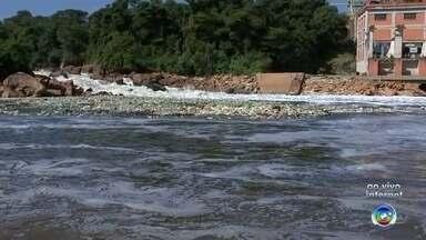 Equipes retiram mais de 30 toneladas do rio Tietê em Salto - Mais de 30 toneladas de lixo já foram retiradas do rio Tietê em Salto (SP), mas ainda tem muita sujeira. A repórter Mariana Fontes traz as informações.