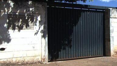 Pais reclamam da paralisação das aulas em escola de Goiânia - Outras mães também cobram vagas para os filhos em unidades de ensino.