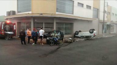 Dupla furta Cras em Descalvado e causa acidente durante a fuga em Porto Ferreira - Casal ficou ferido e foi socorrido por bombeiros. Dupla conseguiu fugir.