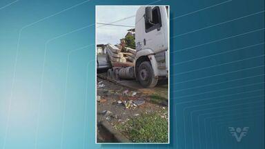 Caminhão afunda em ciclovia no bairro Morrinhos, em Guarujá - Caso aconteceu na Avenida Agenor Pimentel, na manhã desta quarta-feira.